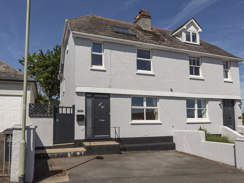 CAMAR, semi detached family home, lovely gardens, 10 minute walk to centre of, vacation rental in Salcombe