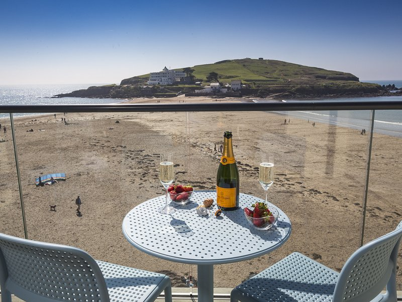 25 BURGH ISLAND CAUSEWAY, superb sea views, quick access to the beach, open, holiday rental in Burgh Island