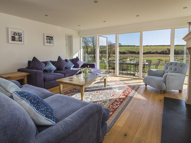 SEA PEEP, country/sea views, beach nearby, spacious living, fireplace, location de vacances à Thurlestone