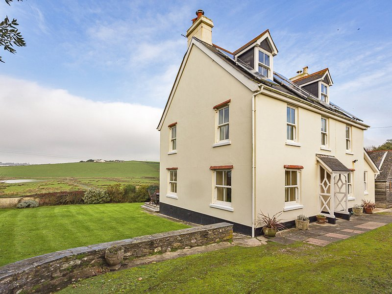THORNBROOK, dog-friendly, coastal location close to Thurlestone Sands beach, holiday rental in Hope Cove