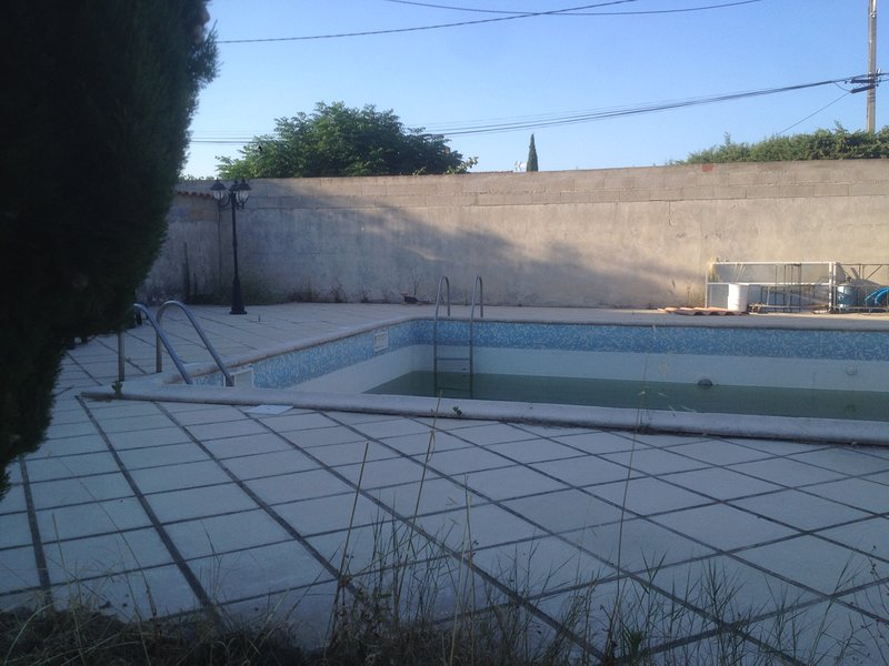Spacious villa with swimming-pool, holiday rental in Bezouce