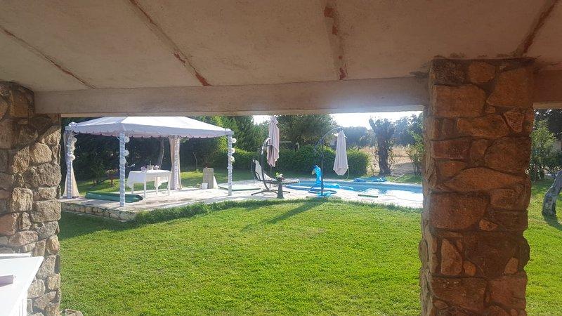 Chalet con piscina en parcela ajardinada de 3000 m2, holiday rental in Nava de Arevalo