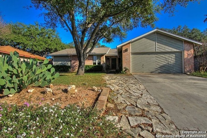 Beautiful House in an upscale neighborhood w\Sun-room, Game-room and BBQ area., holiday rental in Castle Hills