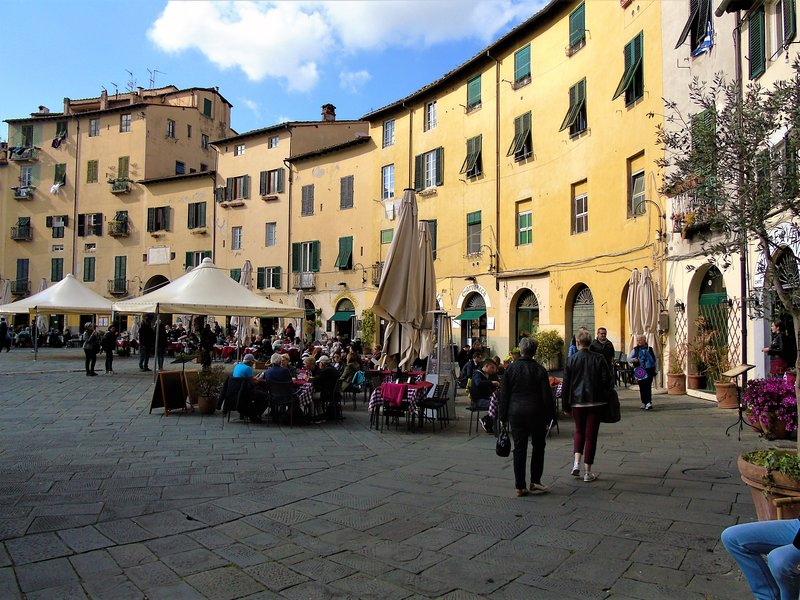Lucca is the the nearest city to Roocello