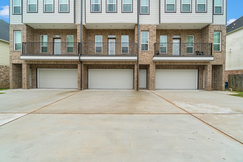 10 mins from IAH / King Bed - Spacious 2 Bedroom Home - Unit B, alquiler vacacional en New Caney