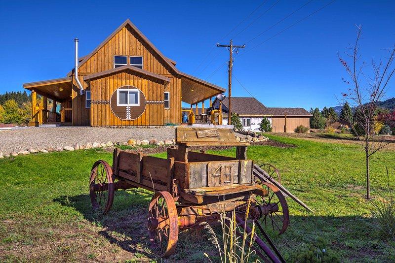 Garden Valley Cabin w/ Teepee, Deck & Mtn Views!, aluguéis de temporada em Crouch