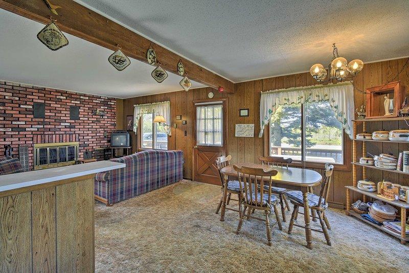 A casa possui um ambiente rústico e confortável.