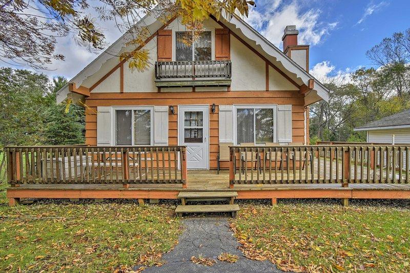 Com um deck mobiliado e camas para 12, esta casa é perfeita para famílias.