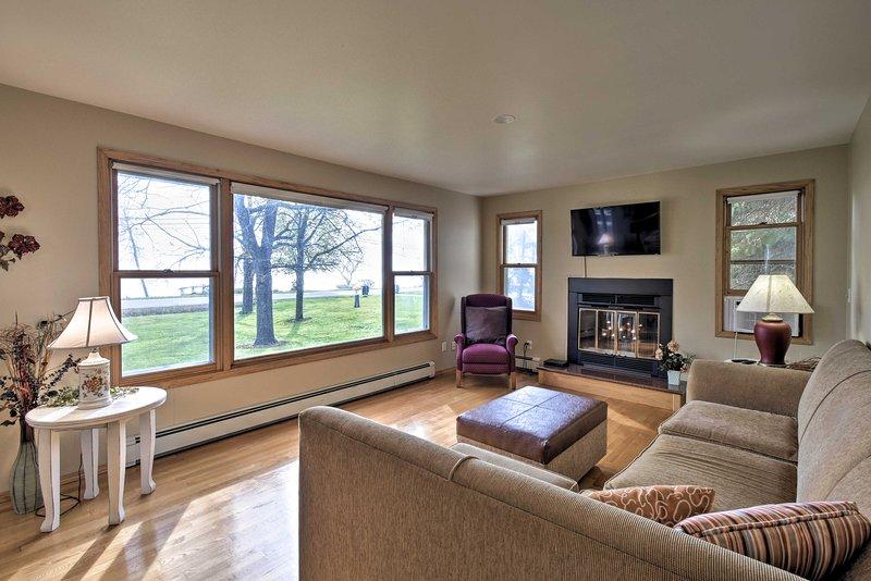 Charming Neenah House w/ Porch on Lake Winnebago!, location de vacances à Chilton