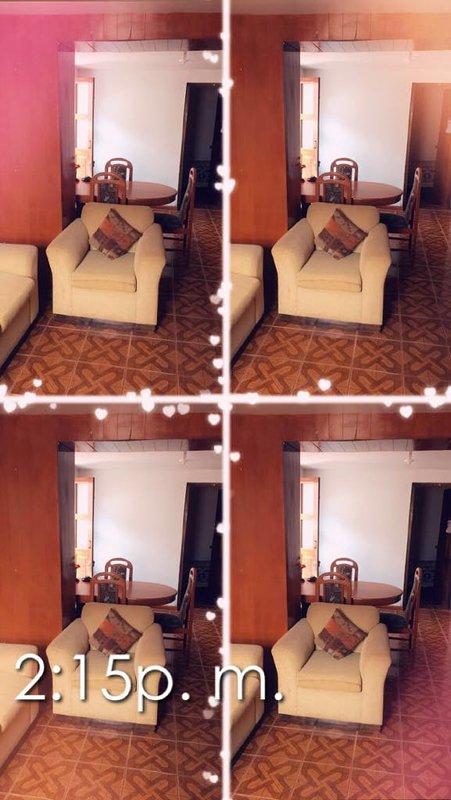 ruime kamer met comfortabel meubilair