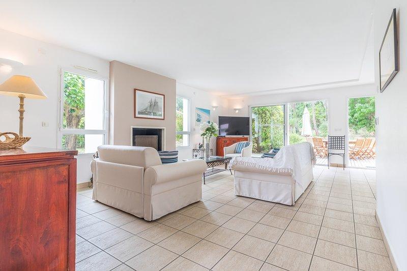 Détendez-vous et ressourcez-vous dans le salon confortable de notre villa lumineuse et luxueuse.