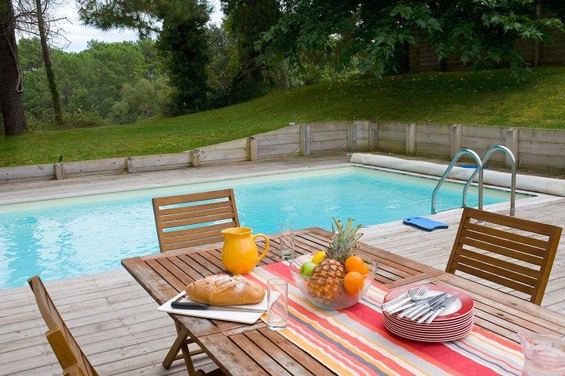Ga zitten bij het privézwembad en geniet van de zon.