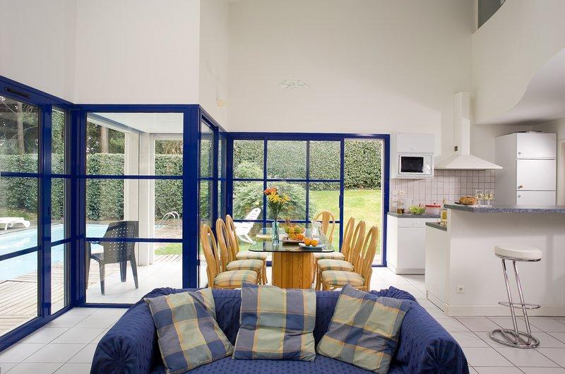 Trouvez la paix et la détente avec vos amis proches et votre famille dans ce superbe salon à la décoration lumineuse.