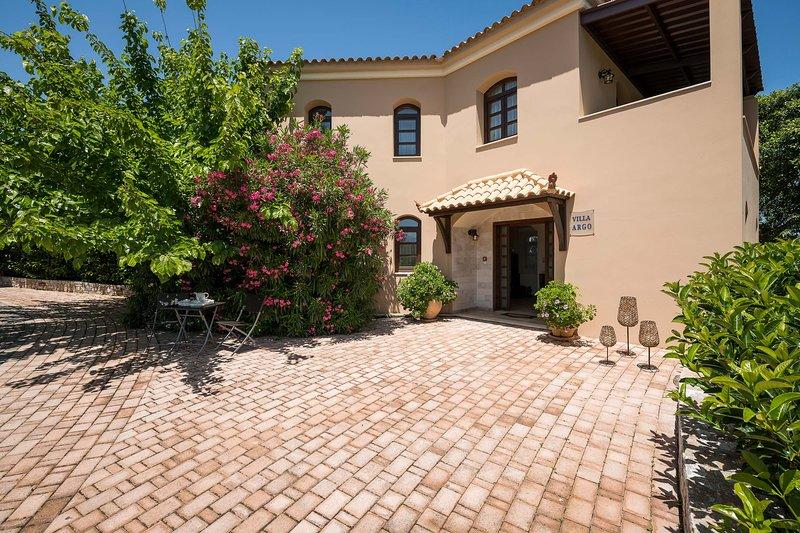 Villa Argo - 3BD Private Pool Lux Residence, holiday rental in Vlacheronitissa