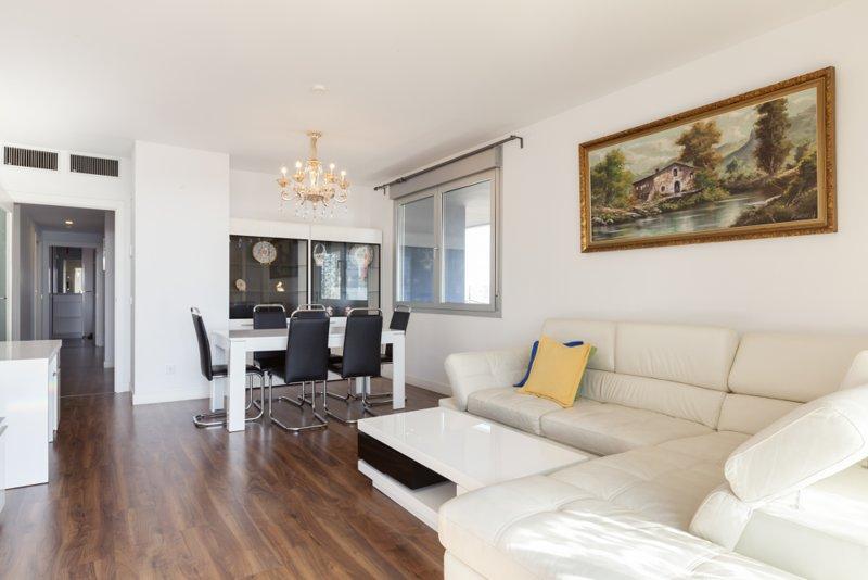 Huge 3 bedrooms, terrace in front of Fira Gran Via, alquiler de vacaciones en El Prat de Llobregat