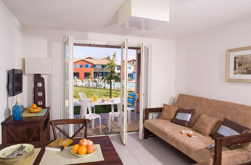 Relájese y rejuvenezca en la acogedora sala de estar de nuestro encantador apartamento.