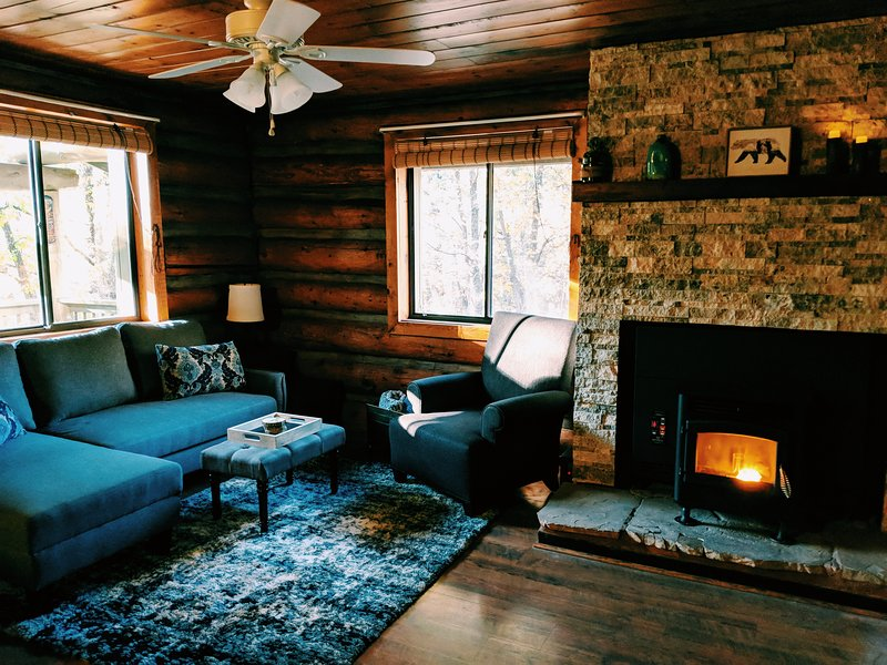 Cozy Cub Log Cabin - Private 1 Acre/Large Deck/Rustic/Quiet/Private Wooded Land, alquiler vacacional en Pinetop-Lakeside