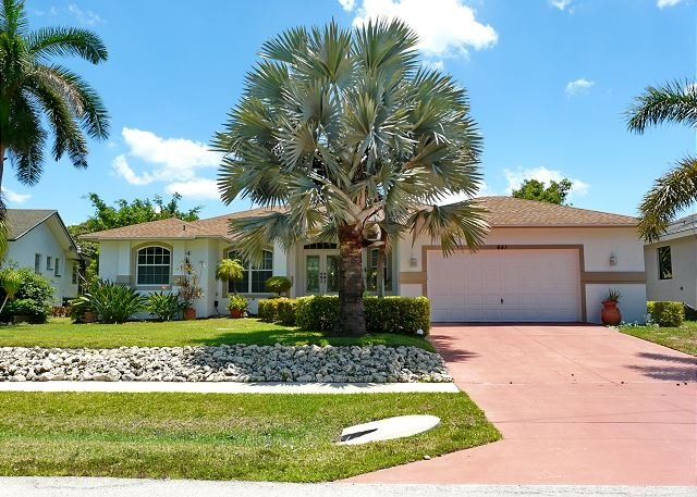 Inviting home in quiet neighborhood w/ heated pool & short walk to Beach, vacation rental in Marco Island
