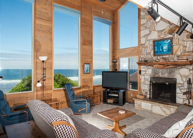 Experience RidgeTop, a pet friendly oceanfront home with epic Oregon views!, location de vacances à Lincoln City