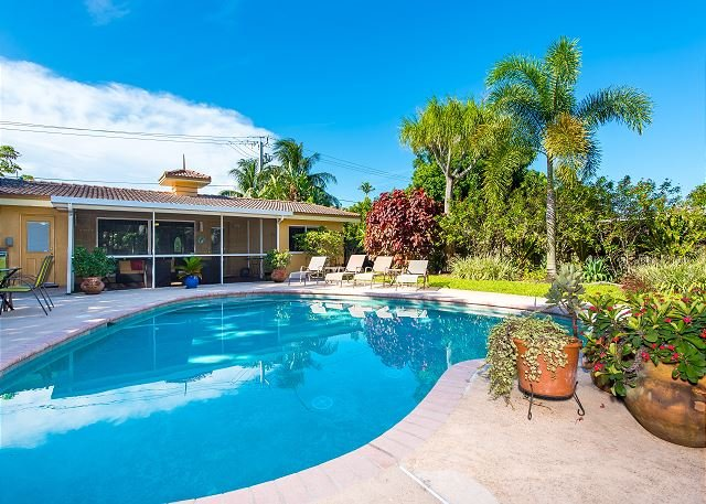 Large Home w/ Private Pool, Patio & Grill - Walk to Dining, Near Beach, alquiler de vacaciones en Fort Lauderdale