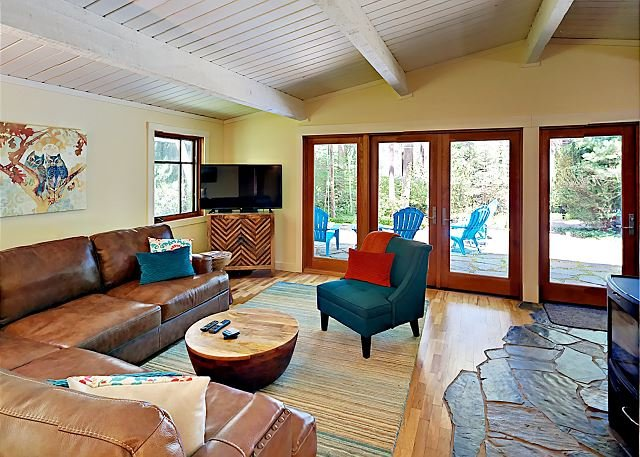 Remodeled Home: Wood Stove, Patio, Spacious Yard & Kayaks – Steps to Bay, location de vacances à Bainbridge Island