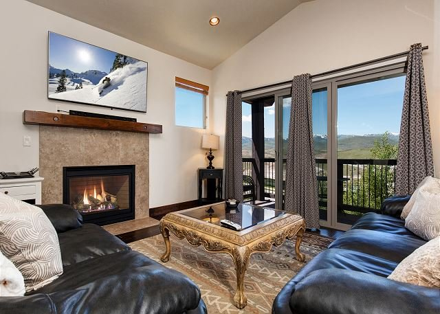 Brand-New House w/ 2 Living Areas & Private Hot Tub - Minutes to Skiing, location de vacances à Timber Lakes