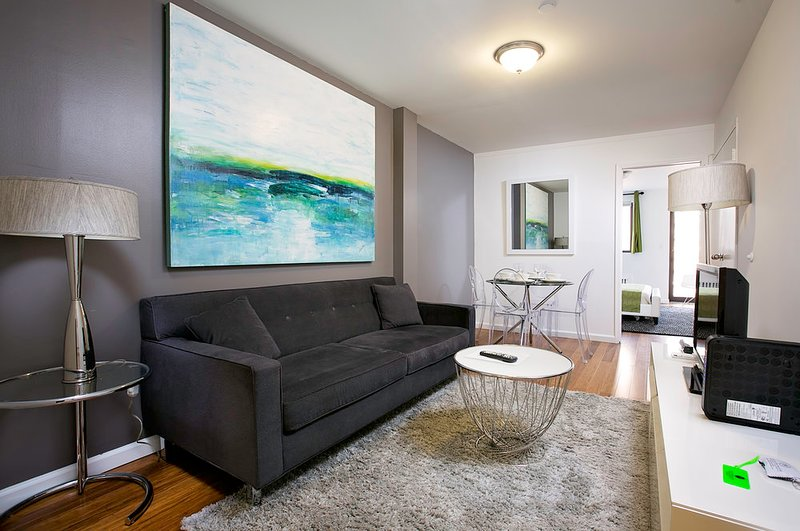 CITY VIEWS &  BALCONY~GORGEOUS 2BR IN MURRAY HILL, holiday rental in New York City