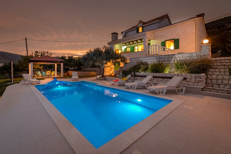 Beautiful stone villa in quiet neighbourhood - swimming pool - close to Trogir a – semesterbostad i Prgomet