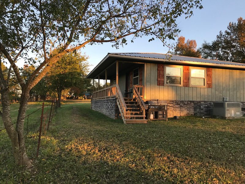 Cabin At Lost Creek! Country Serenity Close To Town... Best Of Both Worlds., holiday rental in Pearcy