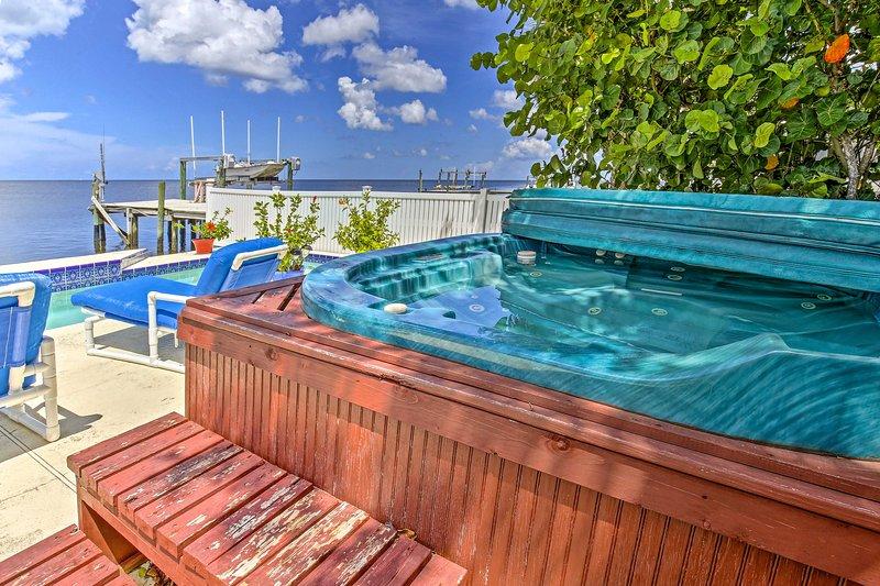 Questa casa vacanza fronte mare vanta una piscina privata e una vasca idromassaggio.