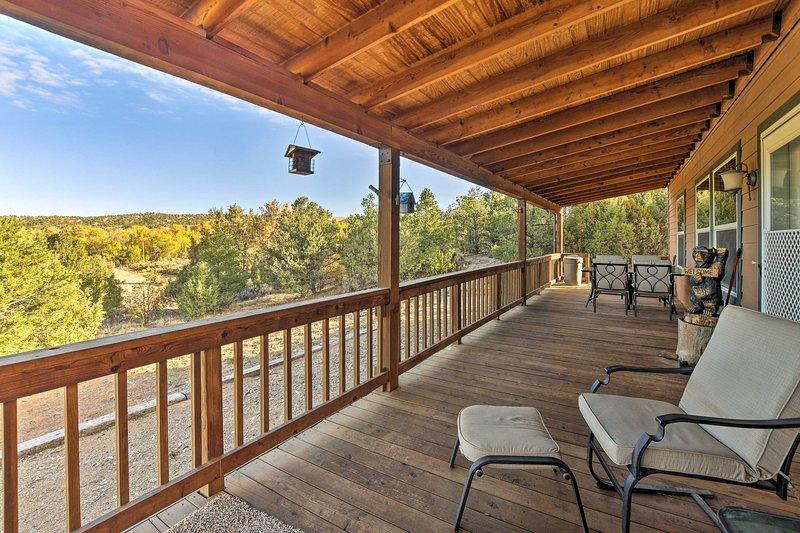 Cozy Ski Cabin w/ Deck Near Taos Ski Valley!, holiday rental in Arroyo Hondo