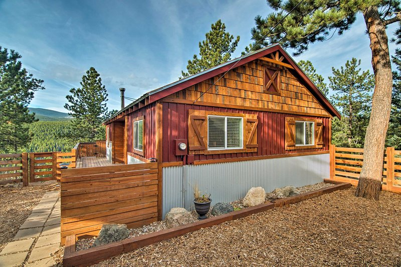 Sleeps 5 | Large Furnished Deck | Mountain Views