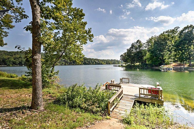 Detta hem för 10 är idealiskt beläget vid sjön Sherwood i Hardy, Arkansas.