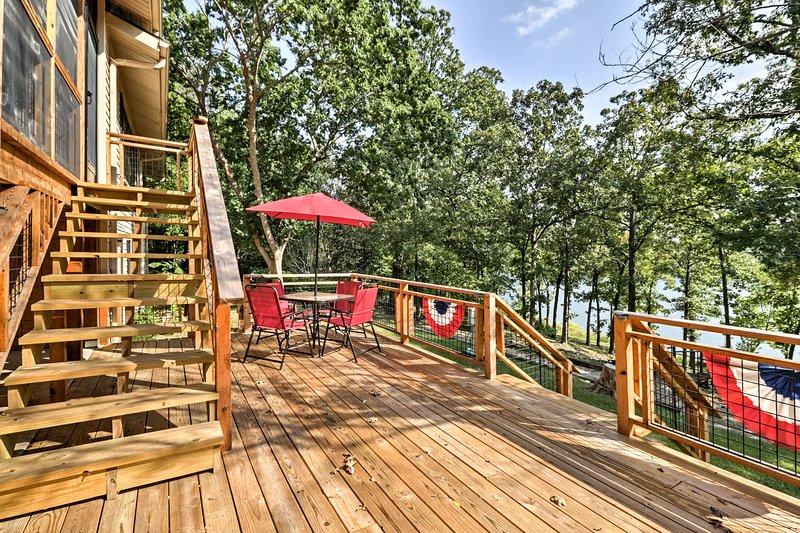 Waterfront Home on Lake Sherwood w/ Dock & Deck!, aluguéis de temporada em Cherokee Village