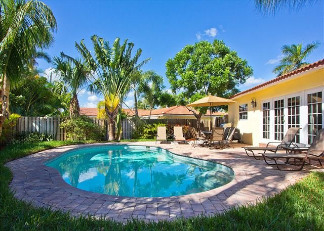 Very private and quiet backyard - Walk to the beach