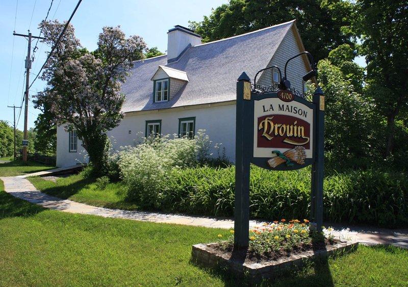 La Maison Drouin te transpola a tiempo con su arquitectura ancestral y muchos artefactos.