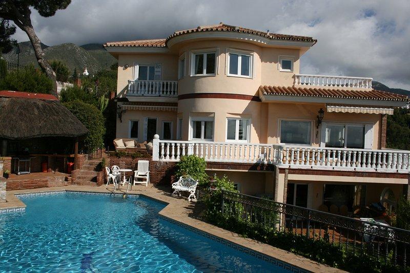 Beautiful and spacious villa with private pool and several sun terraces, alquiler de vacaciones en Benalmádena
