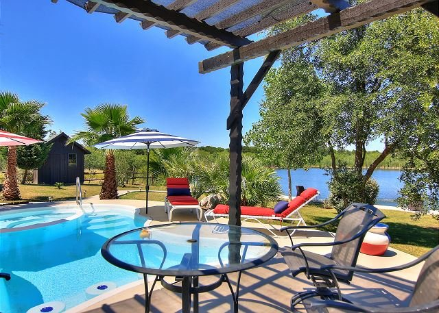 Fabulous 65-acre Ranch! PRIVATE POOL 4 miles to the river and Schlitterbahn!, holiday rental in Schertz
