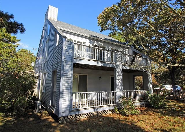 BEAUTIFUL VINEYARD HOME WITH LOVELY SCREENED IN PORCH, holiday rental in Edgartown