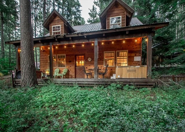 Cozy cabin for 4, hot tub, WiFi, and just 20 minutes to Stevens & Leavenworth, holiday rental in Leavenworth