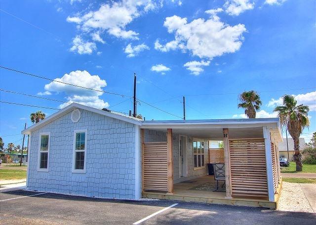 Charming cottage each with its own bath! Short walk to the beach!, location de vacances à Port Aransas