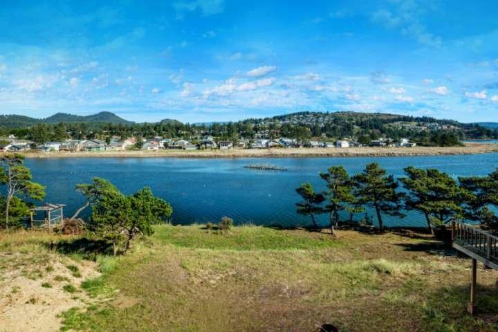 River Views & Fishing from Backyard- Pet Friendly, 5 min Walk to Beach, Master w, casa vacanza a Cloverdale