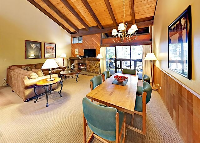 Updated Lakeland Village Condo w/ Fireplace, Pool & Private Beach, holiday rental in South Lake Tahoe