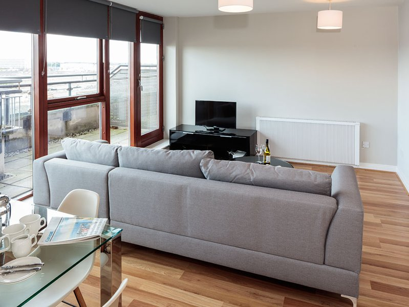 CLOSE TO IFSC-LUXURIOUS 3BR-2BA APT IN DUBLIN-1, holiday rental in Howth