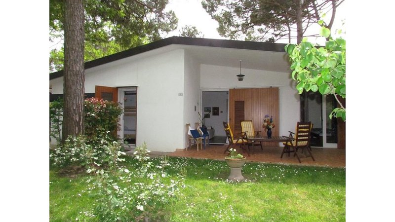 Beautiful single villa with spacious private garden, vacation rental in Bibione