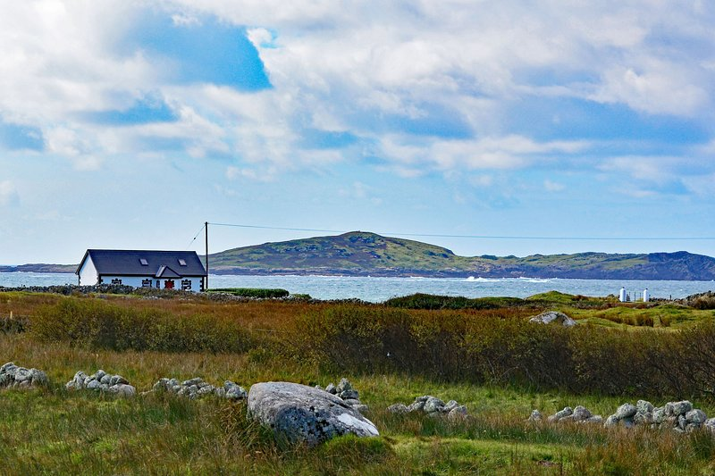 Cottage 314 - Claddaghduff - A 4 bedroom Cottage near Aughrus Pennisula, holiday rental in Claddaghduff