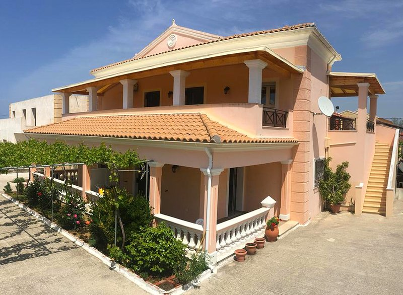 Lovely and conveniently located 2-bedroom Apartments villa in Acharavi, location de vacances à Acharavi