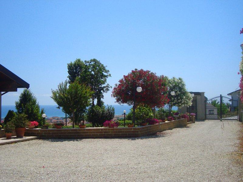 App. la Luna in Villa vista mare: aria condizionata, molto panoramico, ventilato, vacation rental in Tortoreto