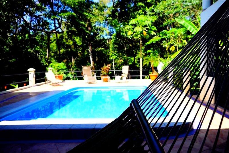Seahorse House, Rain Forest retreat, 5 min to the beach, restaurants, stores., location de vacances à Uvita