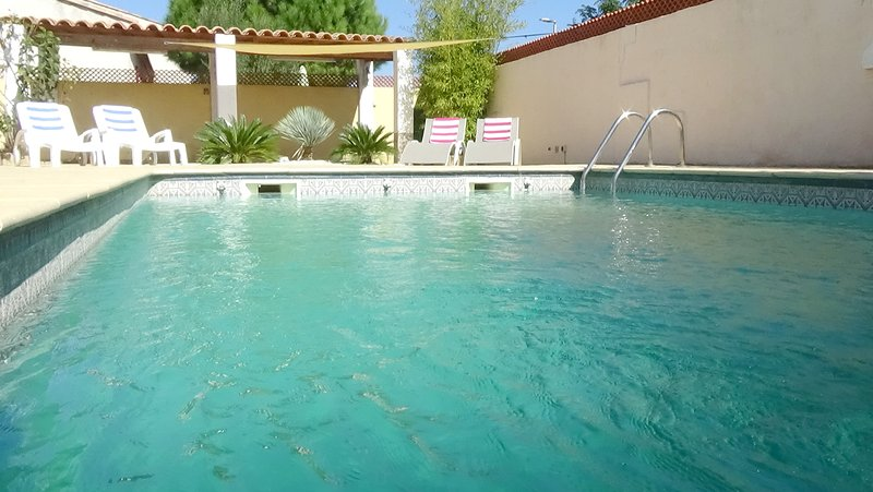 Detached Villa with large terrace and pool close to beaches, vacation rental in Villeneuve les Beziers